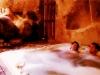 Pareja en el Jacuzzi y pediluvio del Spa Privado Romántico con Encanto en Salamanca Cueva Termal