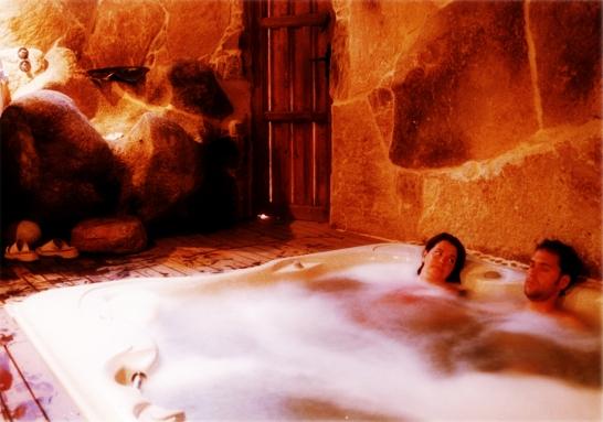 Baño Relajante Jacuzzi:Spa Rural: Pareja en el Jacuzzi y Pedilubio del Spa Privado Romántico