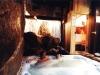Spa Rural: Pareja en el Jacuzzi Chorro Frio y Sauna del Spa Privado Romántico con Encanto Cueva Termal
