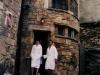 Pareja en la Fachada del Spa Privado Romántico con EncantoCueva Termal