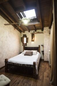 habitación cielo con ventana de techo en hotel rural en Salamanca