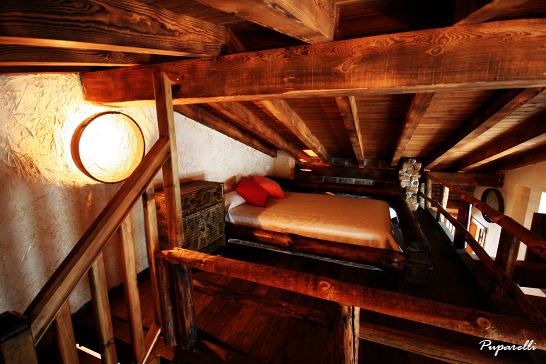 Altillo con cama de matrimonio de 150cm abierta,  en casa Therma Agreste